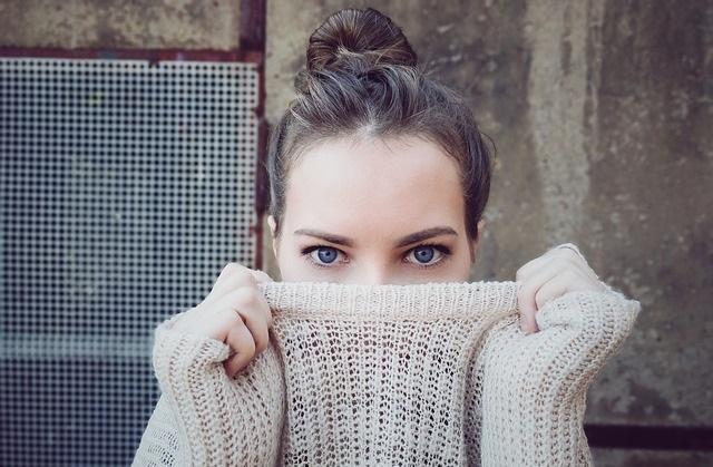 Dziewczyna zakrywająca twarz