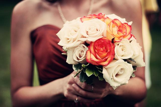 Jak wybrać sukienkę na wesele? Idealne sukienki dla różnych typów sylwetek