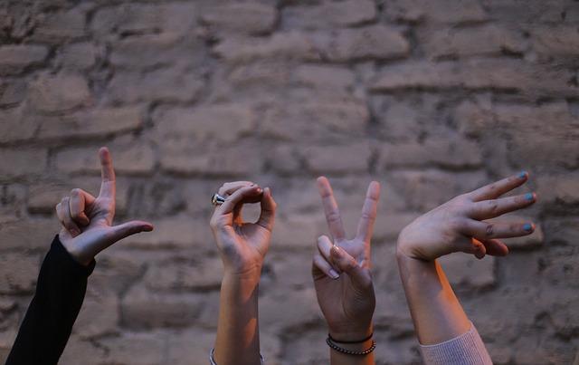 Dłonie układające się w słowo miłość