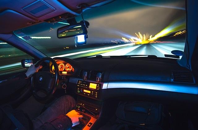 Samochód jadący nocą
