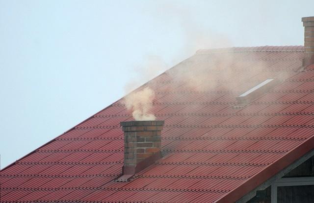Dym ulatniający się z komina