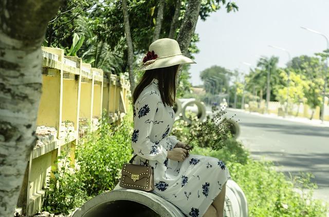 Dziewczyna w kapeluszu i sukience w kwiaty