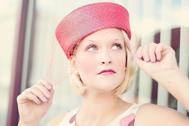 Kobieta w kapeluszu z woalką