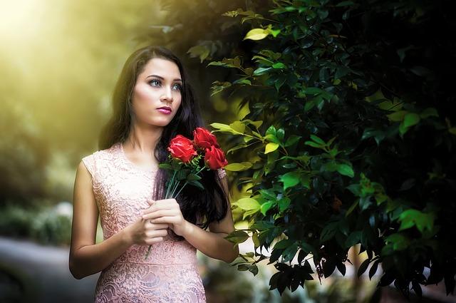 Kobieta w koronkowej sukience