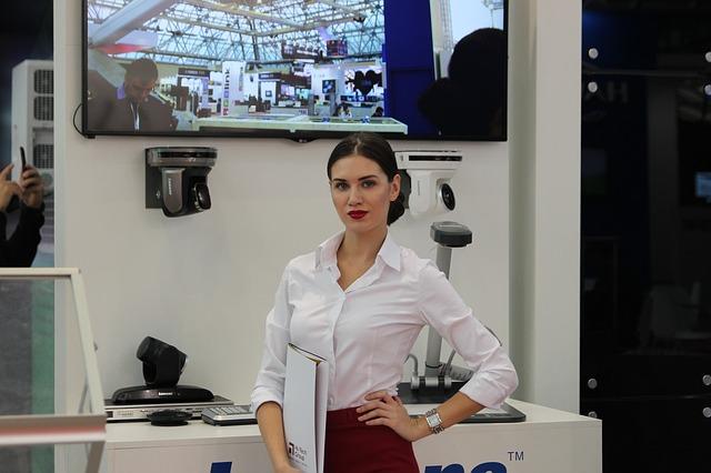 Wynajem hostess – jakie ceny wynajmu hostess w Warszawie i innych miastach?