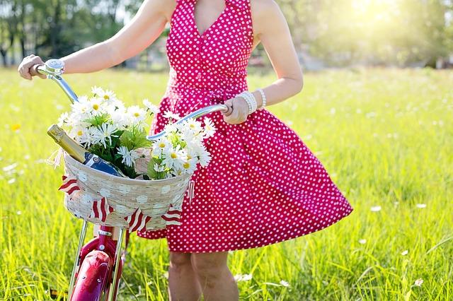 Kobieta w czerwonej sukience w kropki