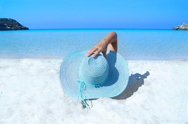 Kobieta leżąca na plaży