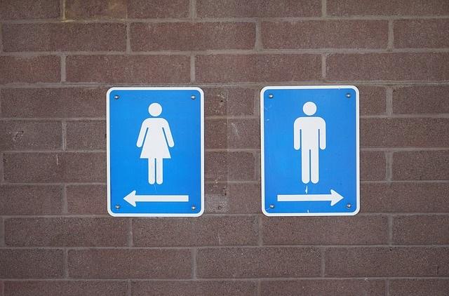 Znaki prowadzące do toalety
