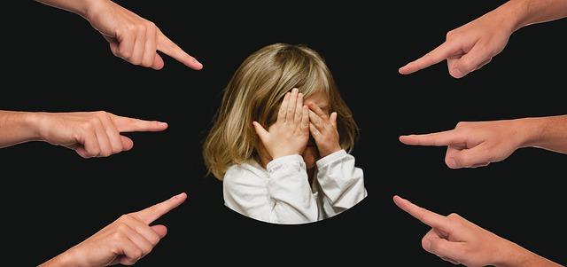 Palce skierowane na dziecko
