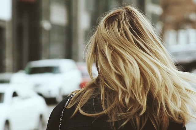 Kobieta z blond włosami
