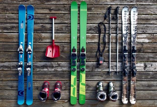 Narty, kijki i buty narciarskie