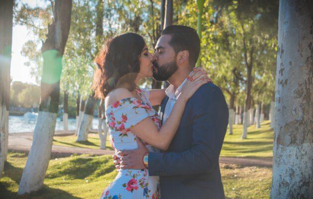 Kobieta i mężczyzna całują się