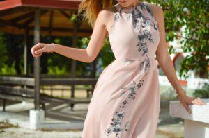 Kobieta w zwiewnej i elegnckiej sukience