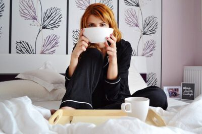 Kobieta na łóżku w piżamie